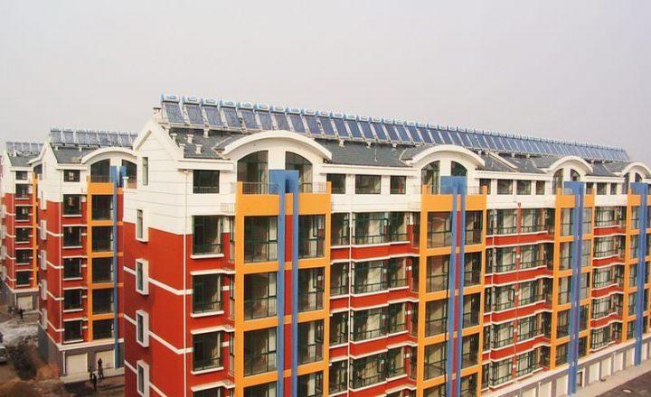 Thermieanlage auf dem Dach eines Wohnquartiers