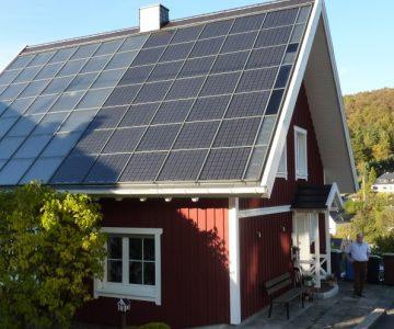 Hausdach: Photovoltaik Solarthermie Kombination