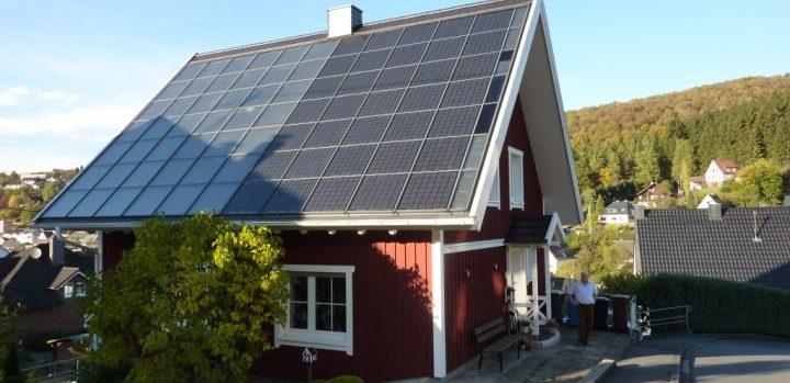 Hausdach: Photovoltaik-Solarthermie-Kombination