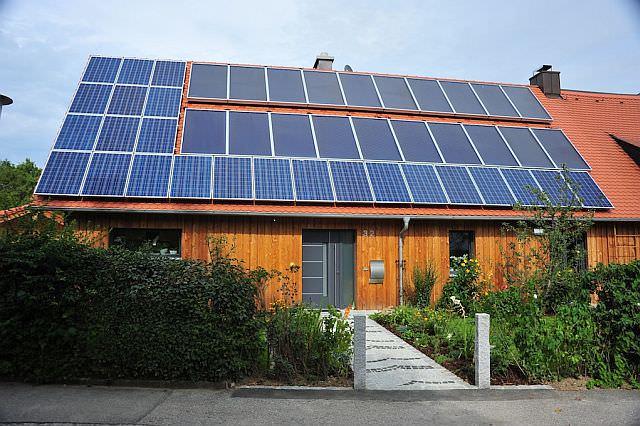 Dass Photovoltaik und Solarthermie sich ergänzen, gehört zum Konzept des Sonnenhauses.