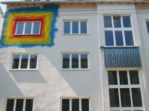 Solarkollektor an Mehrfamilienhaus