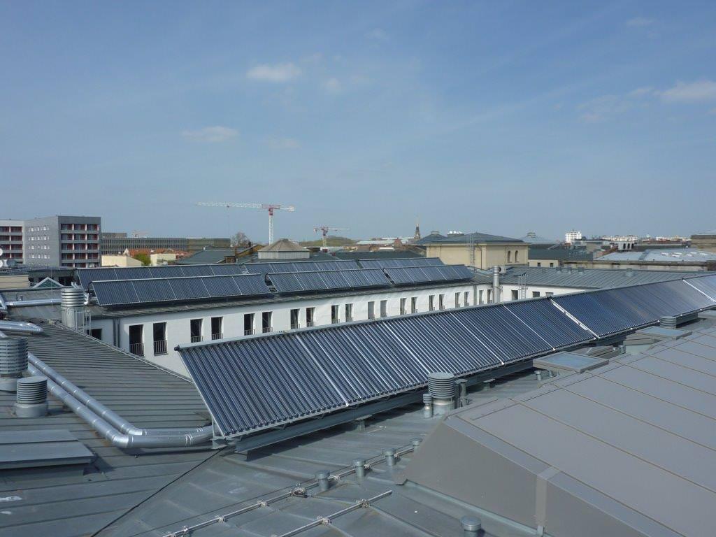 Vakuum-Röhrenkollektoren von Ritter Solar XL GmbH auf dem dach des Bundesministeriums für Verkehr und digitale Infrastruktur in Berlin.