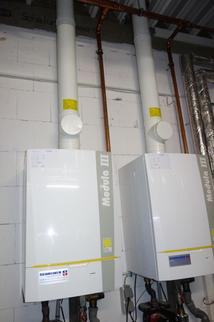 Komponenten der Solarthermie-Anlage des Fitnessparks Stuhr: zwei wandhängende Gasbrennwertkessel. Foto: Ritter Solar XL