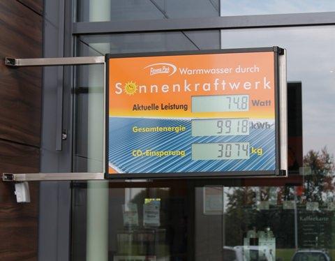 EIn Display zeigt den Besuchern des Fitnessparks Stuhr die aktuelle Leistung der Solarthermie-Anlage an. Foto: Fitnesspark Stuhr