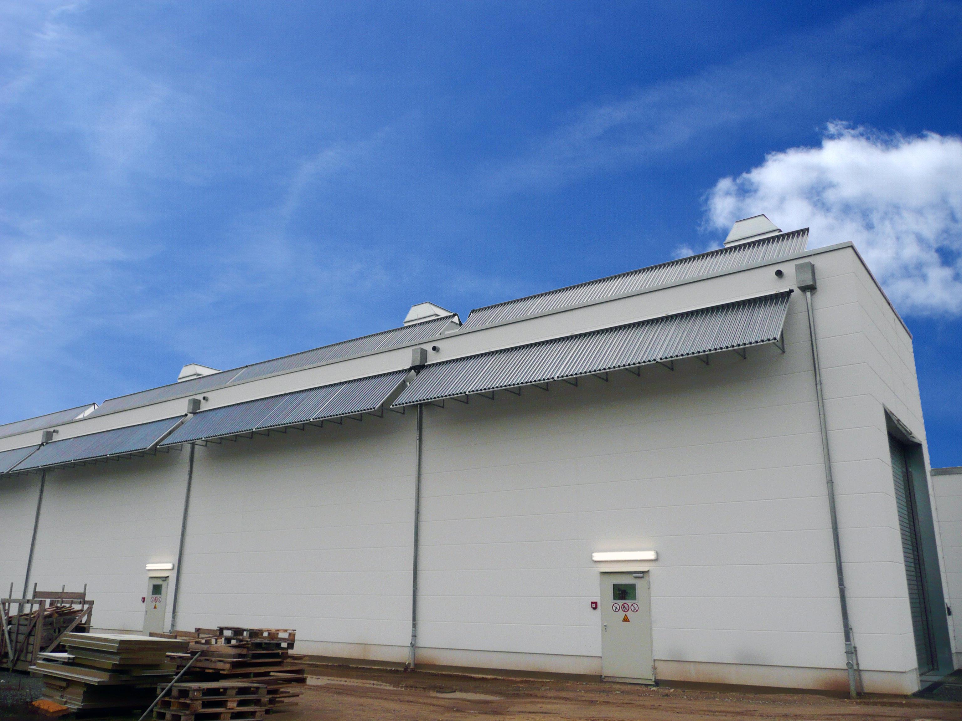 Solarthermie-Anlage liefert Wärme zum Trocknen von Lacken für Busse und Bahnen. Foto: Ritter XL Solar