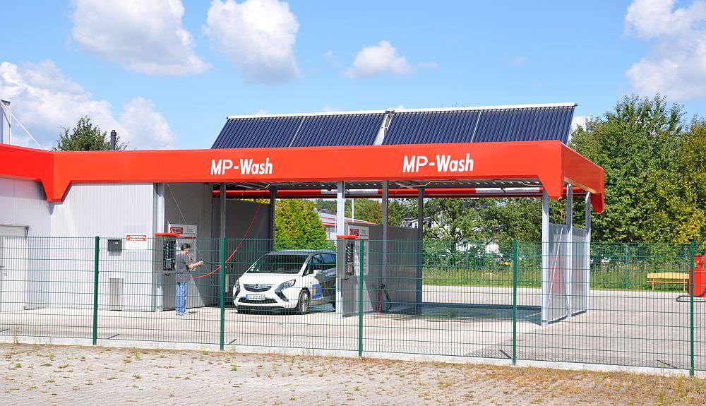 Solarananlage auf einer Autowaschanlage