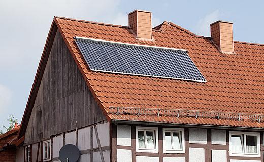 10 Quadratmeter moderne Solarthermie-Kollektoren auf einem Fachwerkhaus aus dem Jahre 1758. Foto: NRW.BANK