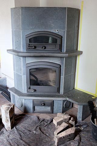 Der alte Specksteinofen arbeitet dank massgefertigtem Wärmetauscher jetzt als Wärmezulieferer für den Pufferspeicher. Foto: NRW.BANK
