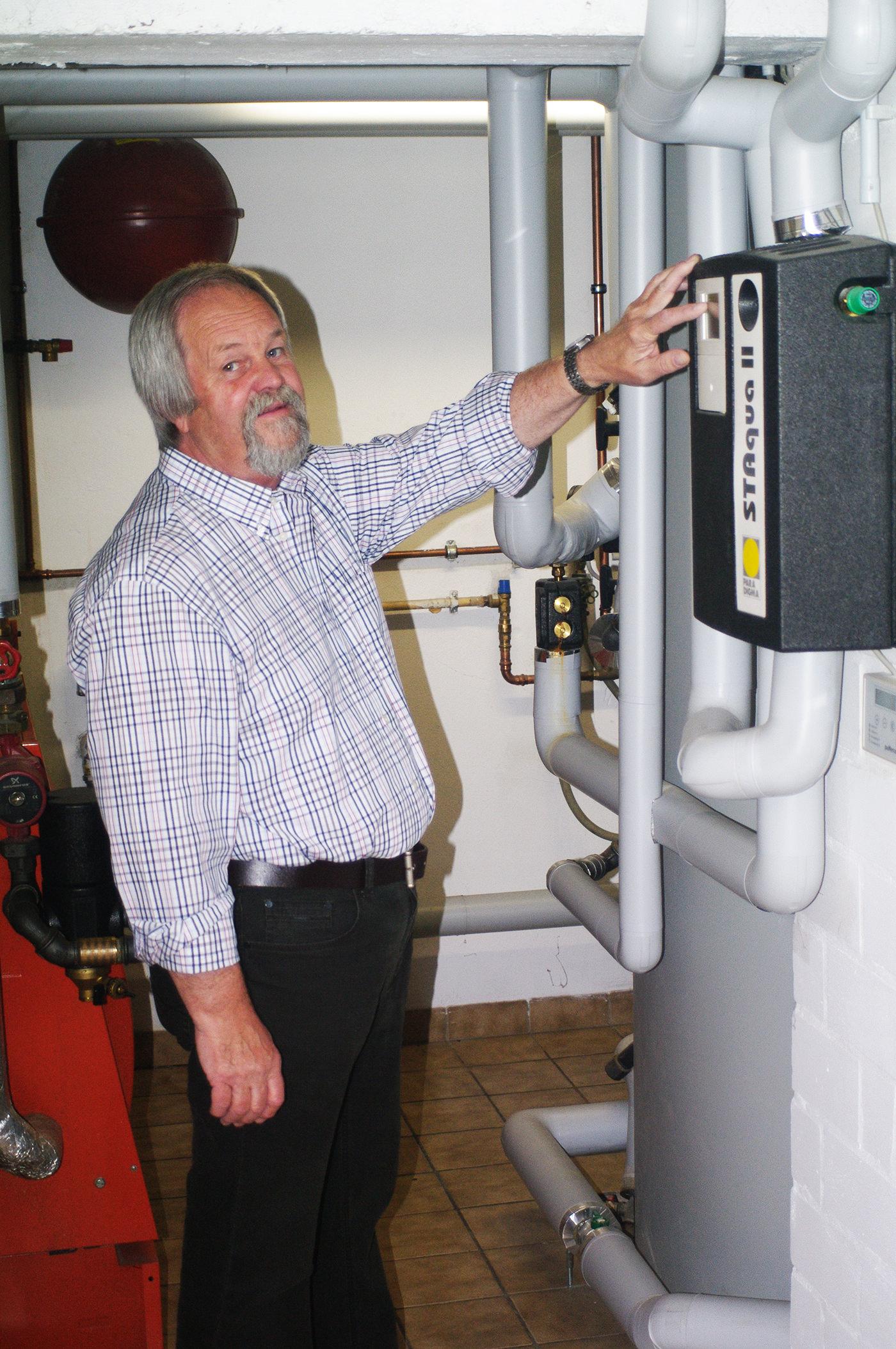 """Hausherr Willi Franzmeier in seinem Heizkeller: """"Wir sparen mit Hilfe der Solarthermie satte 59 Prozent an Heizöl!"""" Foto: Paradigma"""