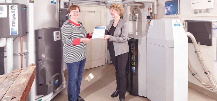 Hausherrin Frau Müller mit Ilse Degout von Schäuble Regenerative Energiesysteme. Foto: Schäuble