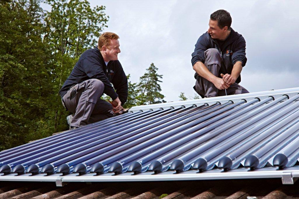 Unser Handwerkerbetrieb des Monats Juli, Schäuble Regenerative Energiesysteme, installiert die Aqua-Plasma-Kollektoren auf dem Dach der Müllers. Foto: