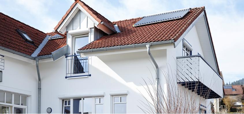 Hausansicht mit Solarkollektor auf dem Dach