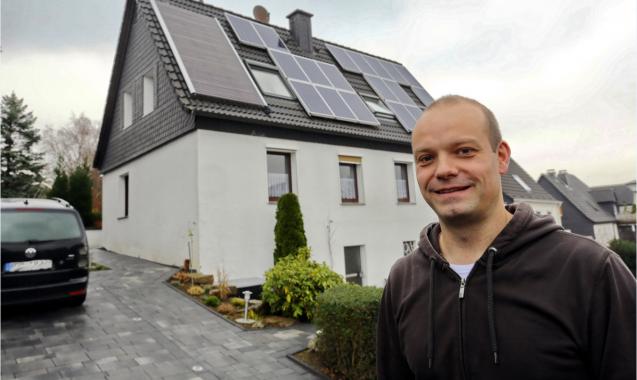 Thomas Funcke vor seinem Haus in Hagen. Das Satteldach des Hauses zeigt fast genau nach Süden – eine optimale Ausrichtung, um Sonnenenergie zu nutzen. Foto: www.co2online.de/Alois Müller