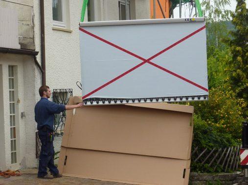 Der neue Solarthermie-Kollektor Star Azzurro auf dem Weg aufs Dach. Foto: Thomas Ketel