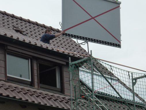 Der neue Solarthermie-Kollektor wird von Heizungsbaumeister Thomas Ketel aufs Dach montiert. Foto: Thomas Ketel