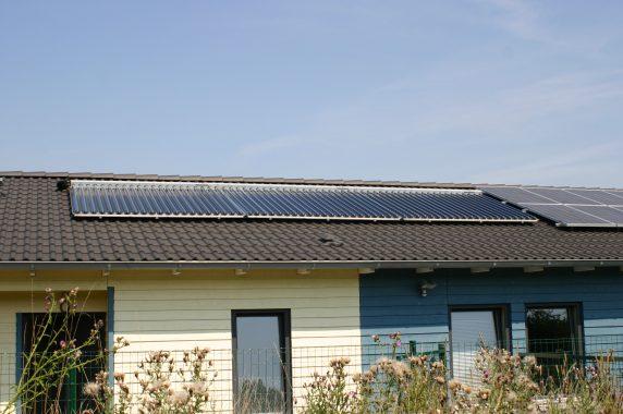 Der Firmensitz Moscheik mit Solarthermie-Kollektoren - dieses Mal vom Boden aus fotografiert. Foto: A. Moscheik