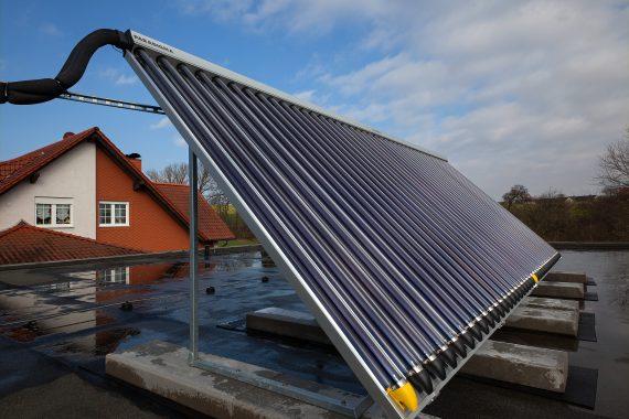 Das Dezember-projekt von Andreas Moscheik: Die Aufständerung einer Solarthermie-Anlage auf einem Flachdach. Foto: A. Moscheik