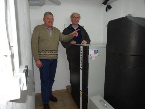 Horst Scotland und der handwerker des Monats, Hans-Jürgen Bulter neben der neuen Pelletsheizung. Foto: Bulter GmbH