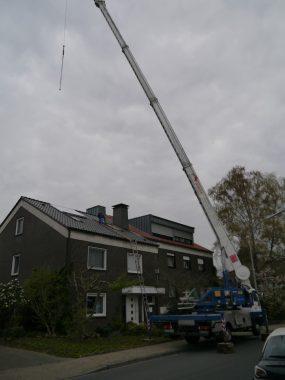 Die Solarthermie-Kollektoren werden montiert. Foto: Bulter GmbH