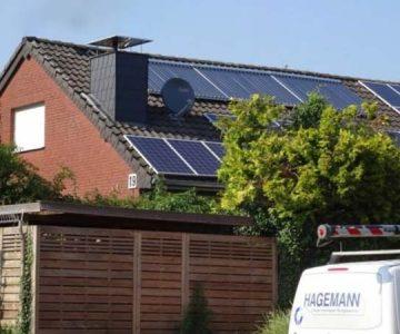 Haus mit Solarenergieananlagen auf dem Dach
