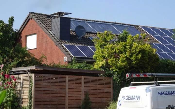 Haus mit einer Soalranlage auf dem Dach