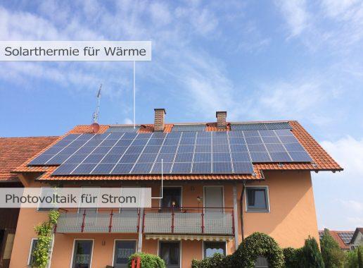 Auf dem Dach sieht man sowohl eine Solarthermie-Anlage zur Erzeugung solarer Wärme, als auch eine Photovoltaik-Anlage für die Erzeugung von Solarstrom.
