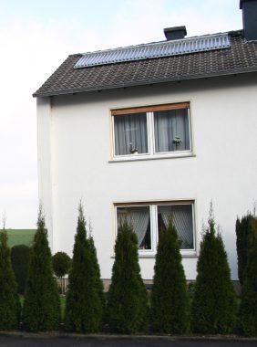 Das Einfamilienhaus der Gehrkes mit der Solarthermie-Anlage auf dem Dach. Foto: A. Moscheik
