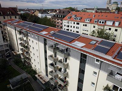 Hier noch ein Foto mit mehr Überblick zum Lieblingsprojekt 1 unseres amtierenden Handwerkers des Monats: 256 Quadratmer Solarthermie-Anlagen auf Mehrfamilienhäusern in Münchens GWG-Wohnanlage in der Au (Lilienstraße). Foto: Ritter XL Solar