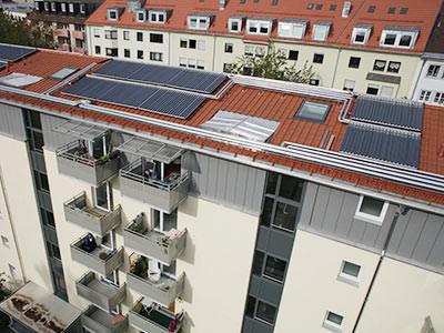 Das Lieblingsprojekt 1 unseres amtierenden Handwerkers des Monats: 256 Quadratmer Solarthermie-Anlagen auf Mehrfamilienhäusern in Münchens GWG-Wohnanlage in der Au (Lilienstraße). Foto: Ritter XL Solar