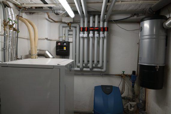 Die Verrohrung zu en Inhouse-Komponenten der Solarthermie-Anlage von HdM Martin Weber. Foto: Martin Weber.