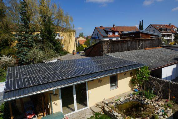 Die PV-Module auf dem Hausdach sind das eine, die auf dem Flachbau das andere :). Foto: Martin Weber