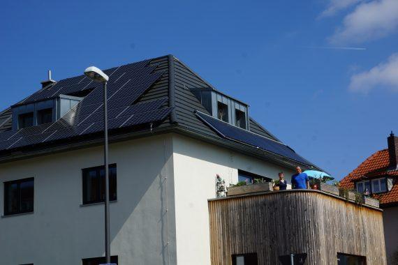 Das Solardach von Martin Weber aus Würzburg, unserem Handwerker des Monats. Links dei PV-Module, rechts die Solarkollektoren. Foto: Martin Weber
