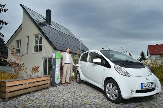 Energiebeilage: Prof. Timo Leukefeld (46) vor seinem energieautarkem Haus in Freiberg (Sachsen). Es liefert sogar den Strom für das Elektroauto. Foto: Andreas Wetzel