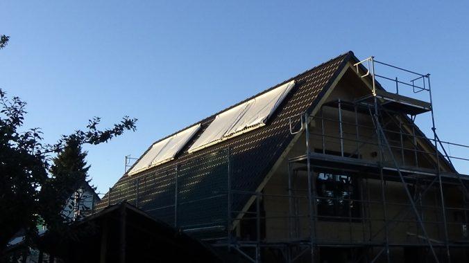 Die Solarthermie-Kollektoren von Paradigma sind auf dem Sonnenhaus von Andreas Link dieser Tage installiert worden. Foto: A. Link