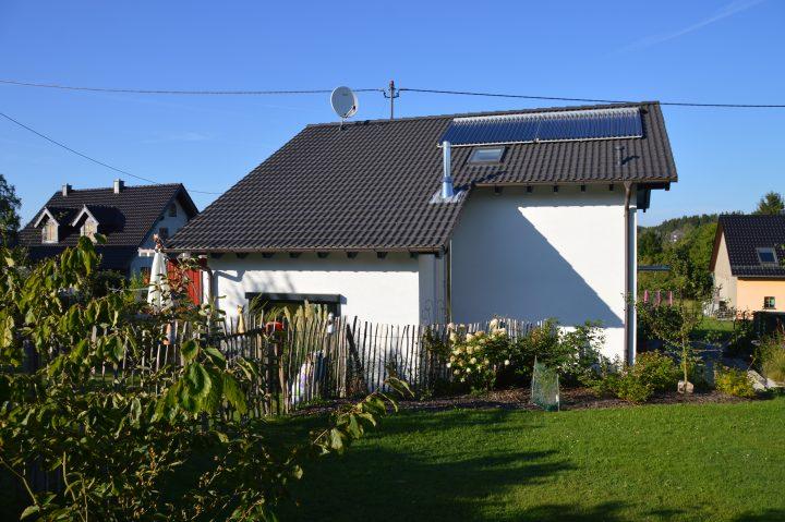 Passivhaus mit Solarthermiekollektoren auf dem Dach