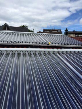 Satte 17 Quadratmeter Bruttokollektorfläche liefern derzeit 100 Prozent solare Deckung des Wärmebedarfs für Brauchwasser. Die Heizung bleibt noch aus. Foto: D. Jansen
