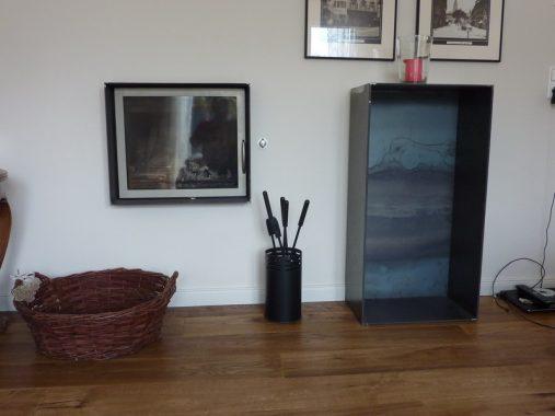 Der Kaminofen im Wohnzimmer beliefert das ganze Haus. Foto: ReSYS AG