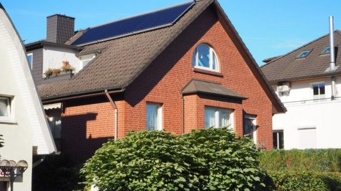 solarthermie-kollektoren-auf-hausdach