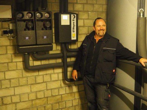 Neben unserem Handwerker des Monats, Olaf Rave, sieh t man die gastherme Modula von Paradigma. Foto: O. Rave, Rave & Kuberg GmbH
