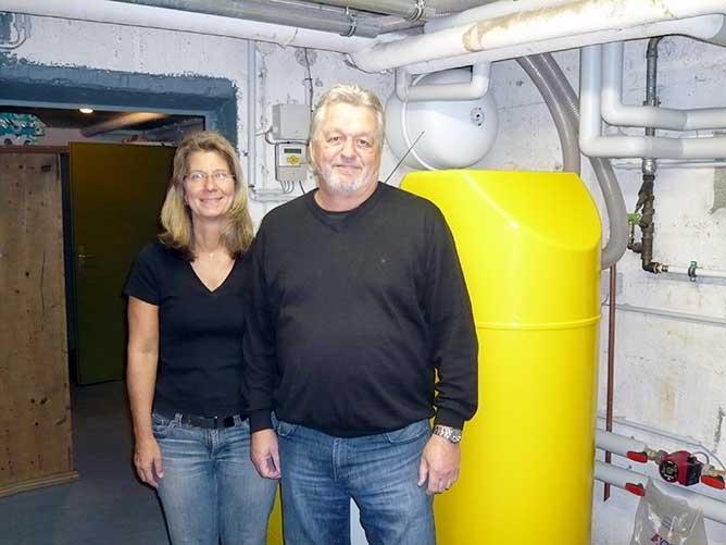 Gerhard Heber und seine Frau Christa wollten 2009 nicht nur eine moderne heizung, sondern weg vom Öl. Foto: Harald Schulz, Schulz GmbH, Solar- Pellets - Heizung - Bäder