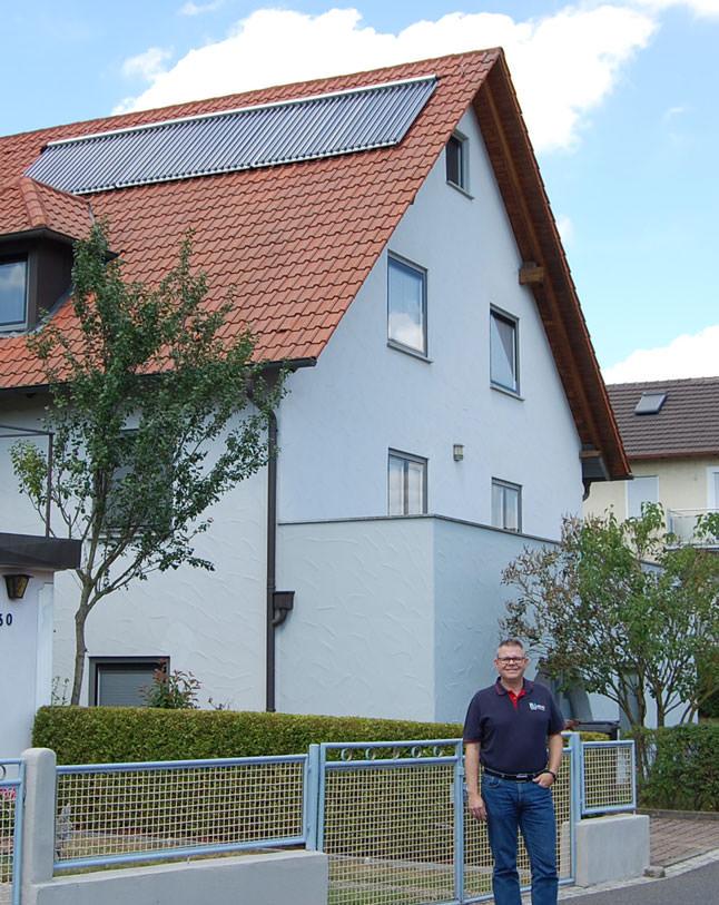Dirk Herrlein vor der Solaranlage