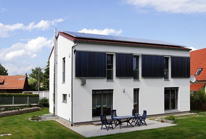 Bio-Solar-Aktivhaus mit Solarthermie-Fassadenmontage und Photovoltaik