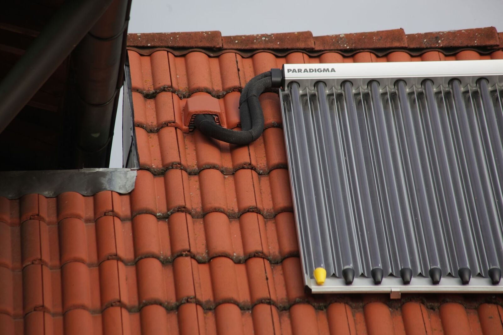 Solarthermie-Kollektor Detail Dachinstallation Projekt des Monats 2 November 2017 Hofer Haustechnik GmbH