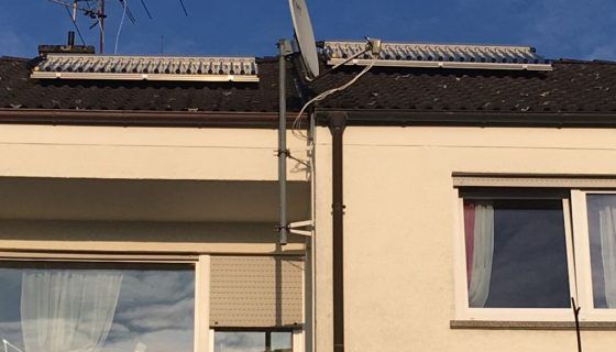 Projekt des Monats 2 2018 Arnold Reihenhaus Paradgma Solarthermie-Kollektoren