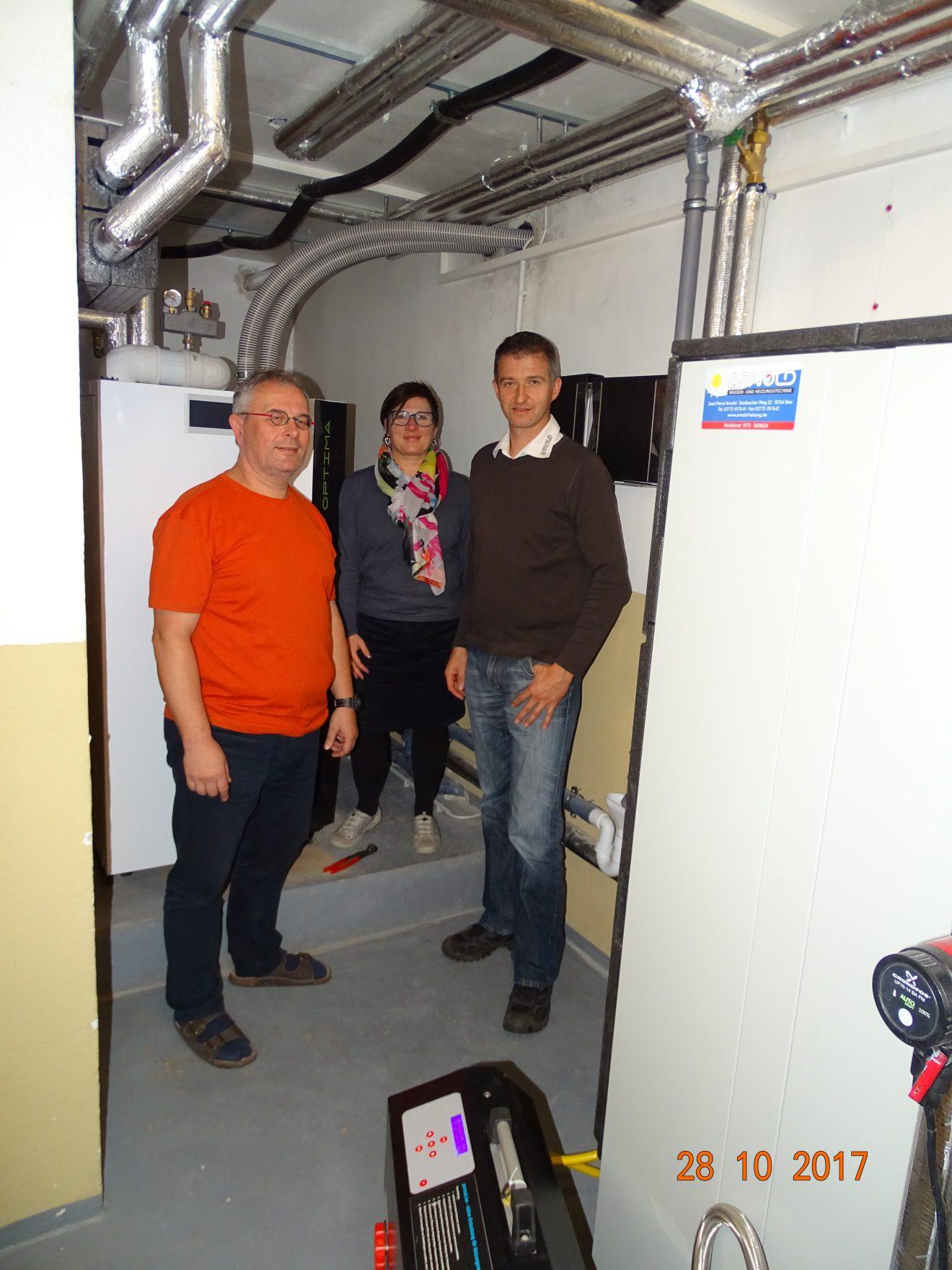 Die Hausherren des Projekts des Monats, Josef und Michaela Buchen, mit Jean-Pierre Arnold, unserem handwerker des Monats, im Heizungsraum. Foto: Jean-Pierre Arnold