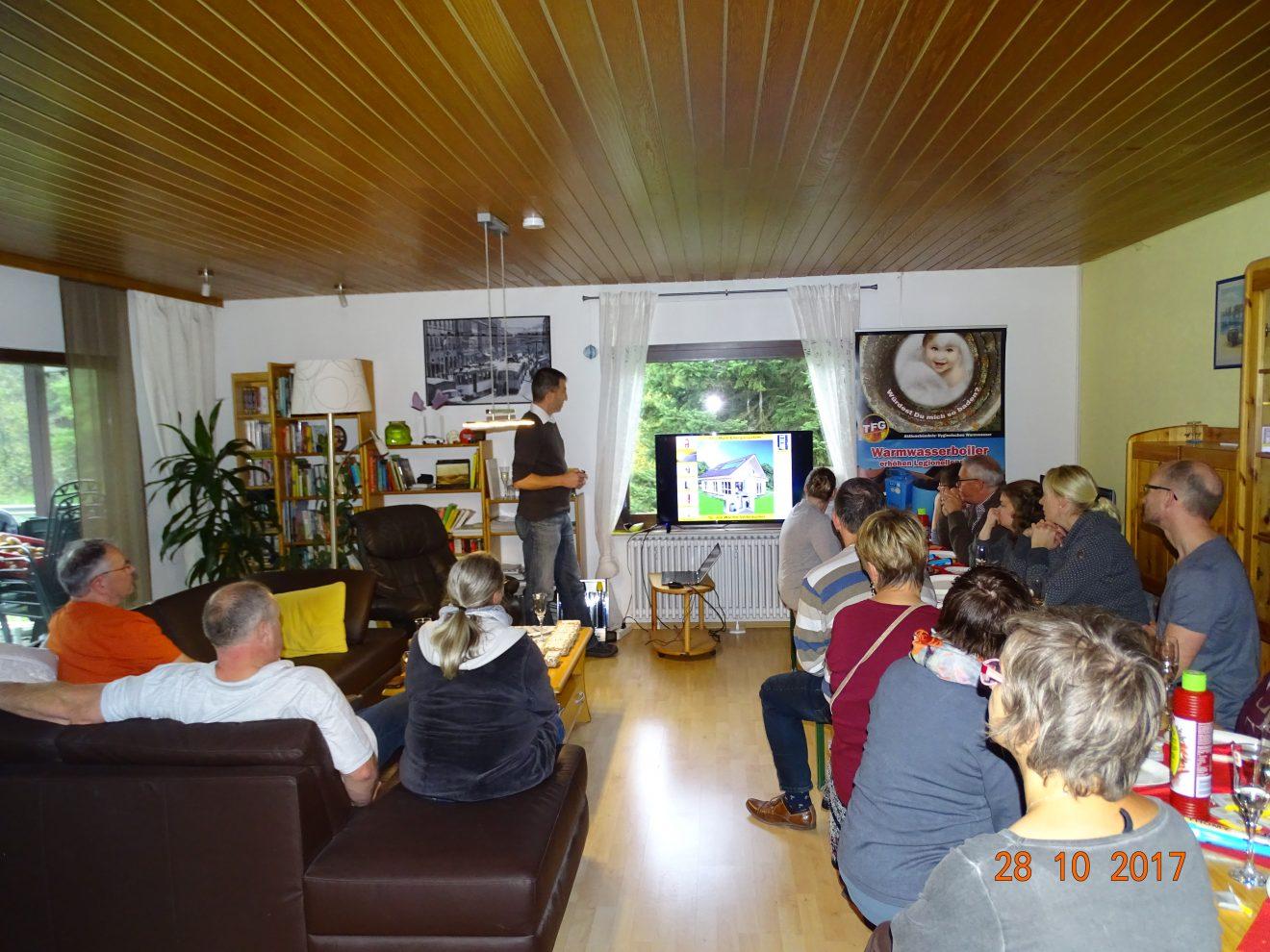 Unser Handwerker des Monats informiert die Gäste der Einweihungsparty der modernisierten Heizungsanlage über deren Technik. Foto: Jean-Pierre Arnold
