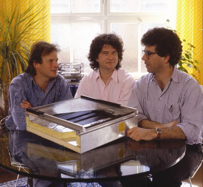 Die drei Gründer von Paradigma: Alfred T. Ritter (mitte), Klaus Taafel (links), Albrecht Steinbrenner (rechts) mit ihrem Baby, dem Solarthermie-Kollektor. Foto: