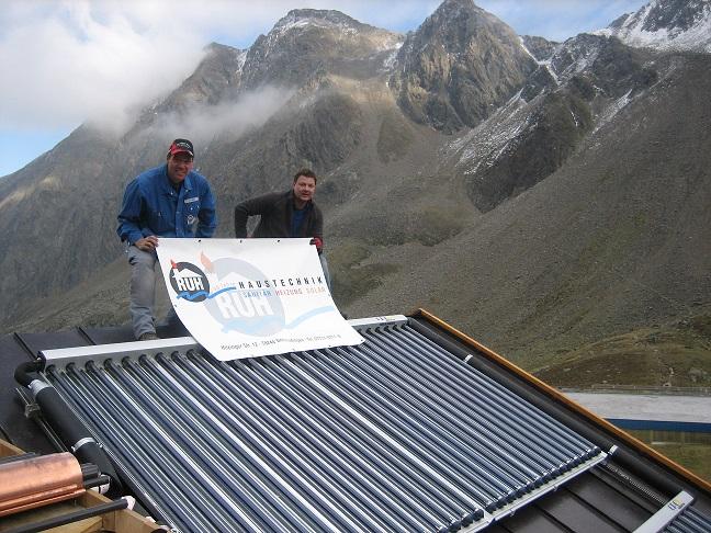 Christof Ruh (links) und Kollege Domenik Wagner auf dem Dach der Dresdner Hütte. Foto: Ruh Haustechnik GmbH