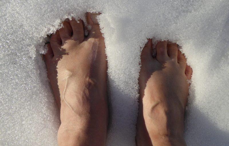 Mensch_Wärme_friert_barfuß-im-Schnee