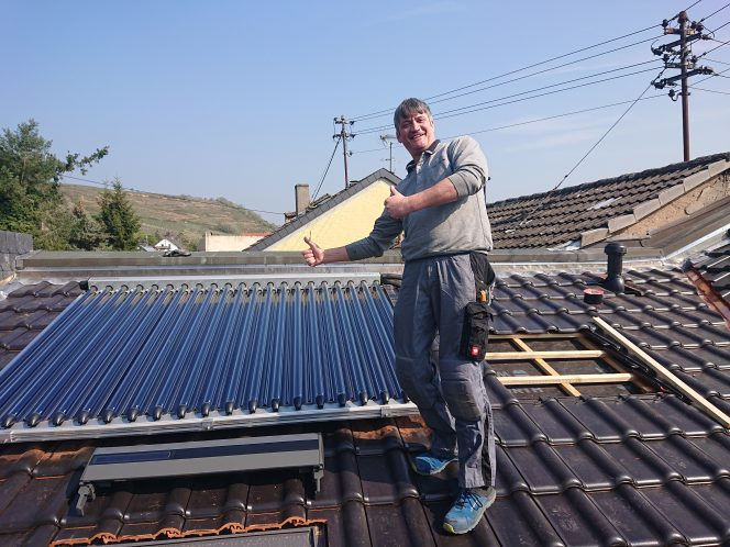 Marco Kunkler installiert Paradigma-Solarthermie-Kollektoren. Foto: Kunkler